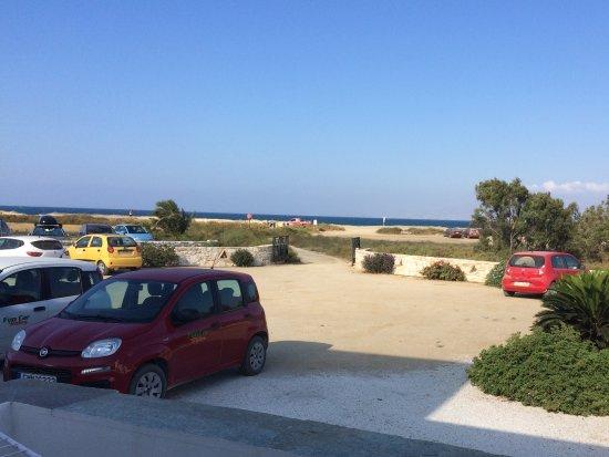 Plaka, اليونان: Vista dal balcone, parcheggio selvaggio