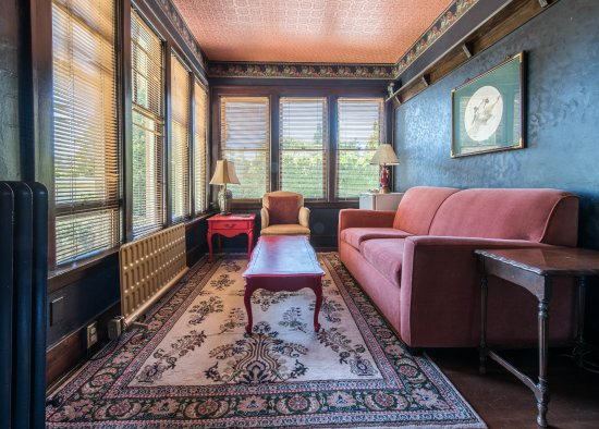 Oak Bay Guest House: Oriental room features a sitting room which overlooks the herb garden.