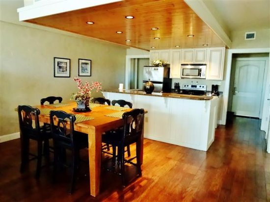Cherokee Lodge Condos: Dining area & kitchen views.