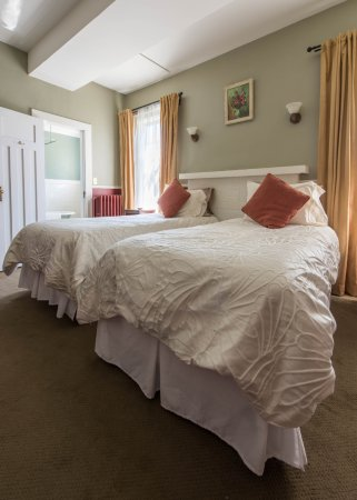 Oak Bay Guest House: Cottage room features two x Twin beds