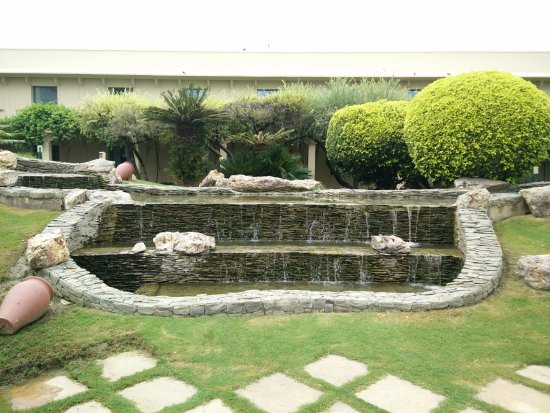Trident, Agra: Lawns near the swimming Pool