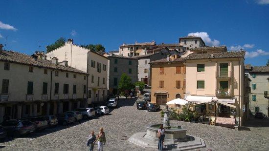 Pennabilli, Italy: Piazza Vittorio Emanuele II con il Fico all'angolo