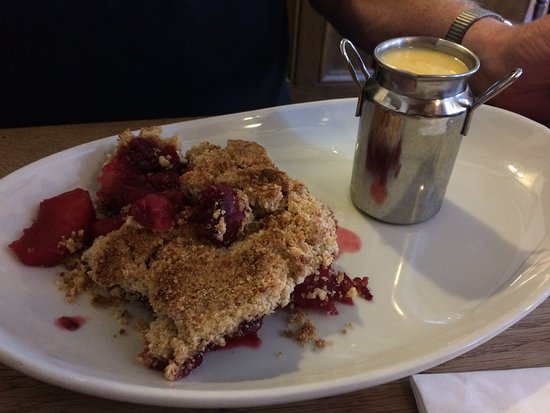 Hope, UK: Apple and blackberry crumble & custard