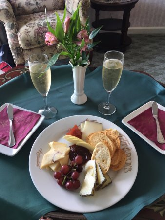 Boardwalk Plaza Hotel: Complimentary cheese plate and champagne.