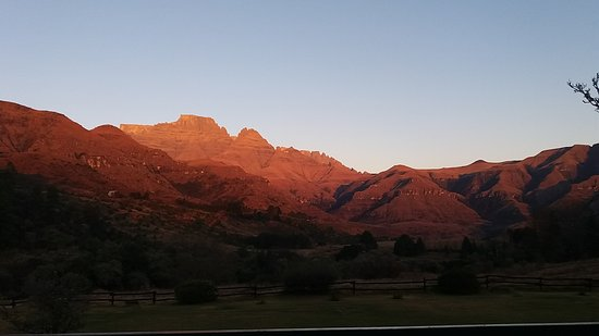 Winterton, Sydafrika: Sunrise on Cathkin Peak from Mountain view room
