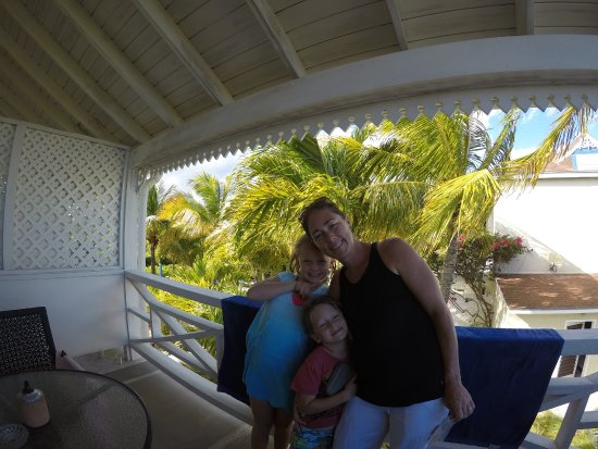 Caribbean Paradise Inn: Balcony shot overlooking the pool
