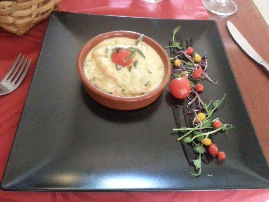 Lezay, Francia: Entree 1 - fish in a lovely sauce