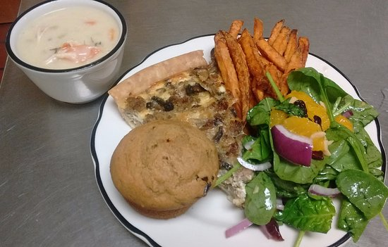 Waxhaw, Carolina del Norte: Quiche, sweet potato fries, spinach salad, tarragon chicken gnocchi soup & a sweet potato muffin