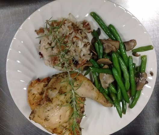 Waxhaw, Carolina del Norte: Herb Roasted Chicken w/ rice pilaf & green beans