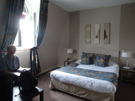Grand Hotel Continental: A large bedroom with window overlooking a lively street, a restaurant row. Quite spacious.