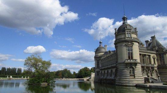 Château de Chantilly : plan d'eau et l'arrière du château