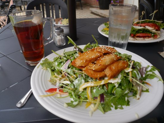 Hudson, Canadá: My meal - Asian Chicken Salad (vegetarians, request no chicken, and you will be fine)