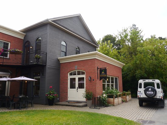 Hudson, Kanada: The restaurant is tucked away from the street.