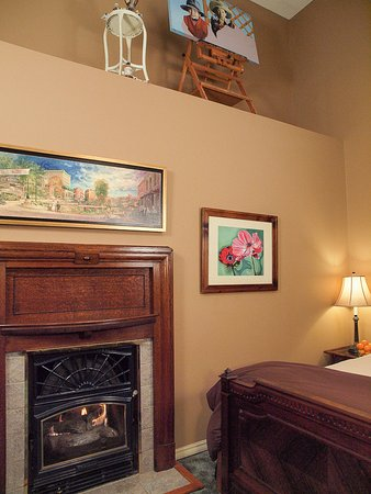 The Inn at Rose Hall Bed and Breakfast: Gallery fireplace - displays artist Barbara Kennedy's work in progress.