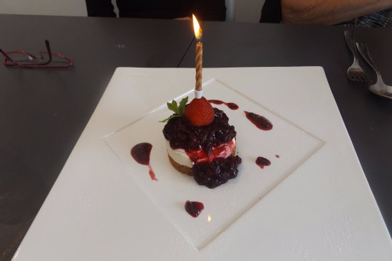 Chorleywood, UK: Our anniversary cheesecake with a celebratory candle