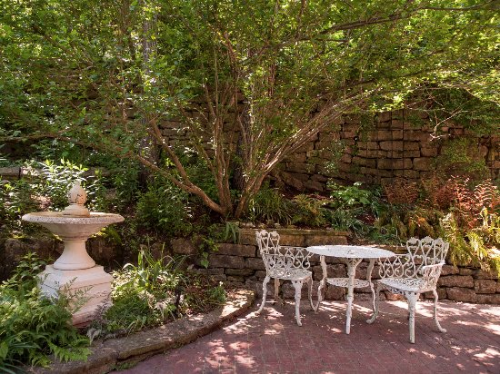 The Inn at Rose Hall Bed and Breakfast: Lush Garden Patio in the summertime.