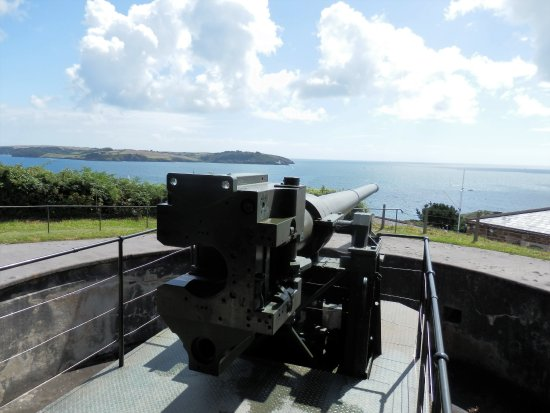 This gun stands like a sentinal protecting the mouth of Falmouth Harbour.