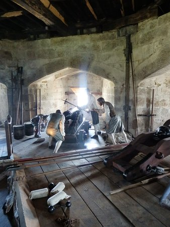 Falmouth, UK: This period gun crew really enhances the experience, by adding the sounds & visual effects.