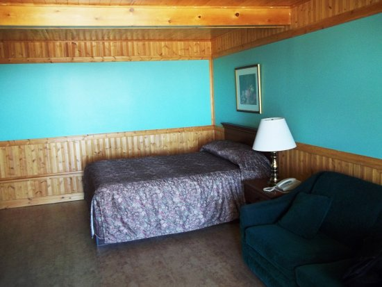 Blanc-Sablon, Kanada: Grande chambre. Plafonds et panneaux en bois. Sofa.