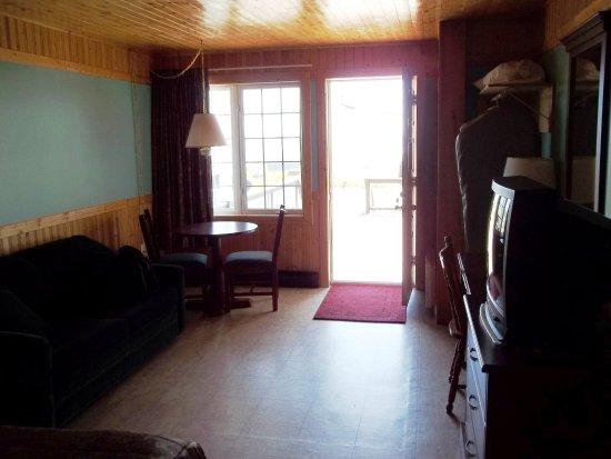 Blanc-Sablon, Kanada: En plus du corridor intérieur, la chambre #7 a un accès direct de la galerie.