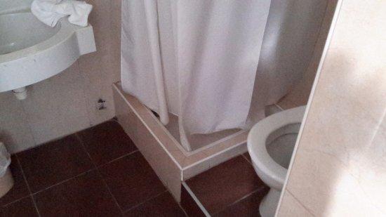 Inter-Hotel Astoria Vatican : WC sur une marche, pas pratique du tout. Bac à douche et rideau vétuste