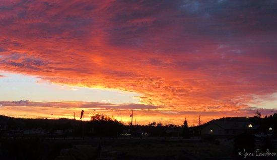 Foothills Lodge & Cabins: Sunrise