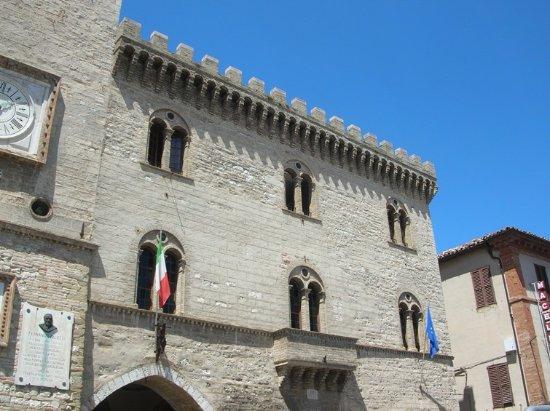 Arcevia, Italia: Facciata del palazzo e balcone del Podestà