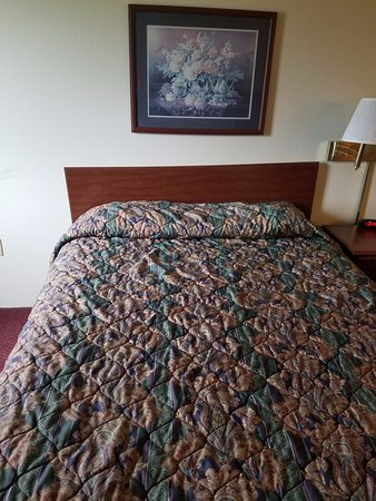 Waterloo, IL: Old bedding smelled of smoke in non-smoking room