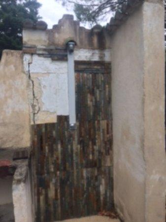 Le Mas de la Fontanelle : broken pool showers