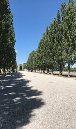 Dachau, Alemania: Path between the inmate barracks.