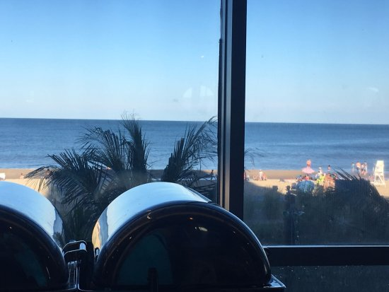Horizons Oceanfront Restaurant - Clarion Resort: Beach view
