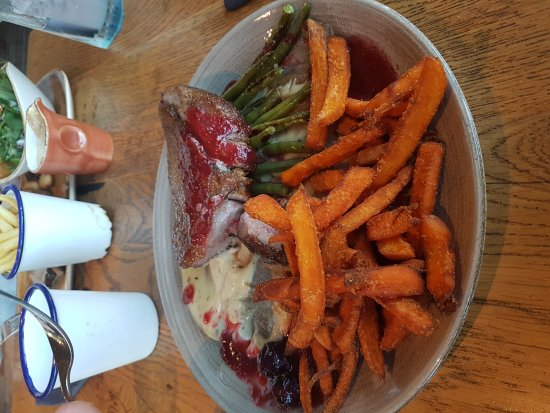 Brandesburton, UK : Duck breast with sweet potato fries