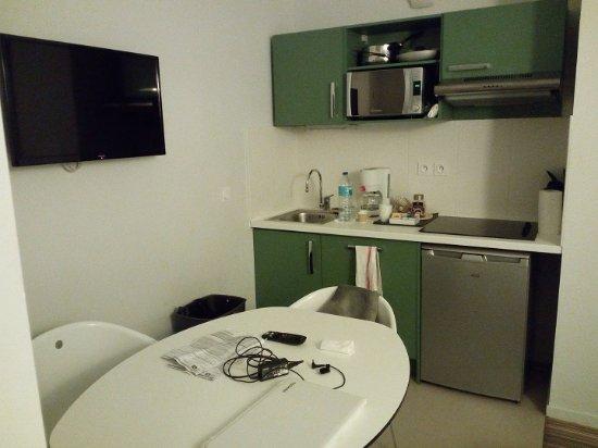 Angolo cucina della camera con tavolo e tv. picture of privilege