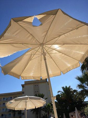 OLA Hotel El Vistamar: Ripped sun umberellas