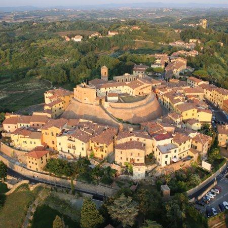 Casciana Terme Lari, Italy: Una vista aerea del Castello dei Vicari di Lari