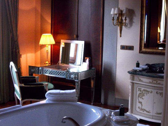 Four Seasons Hotel Firenze: Cinematographic bathrooms