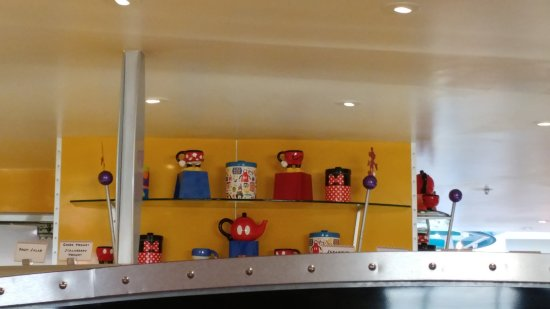 Bay Lake Tower at Disney's Contemporary Resort: Chef Mickey's dining where you can meet the characters.