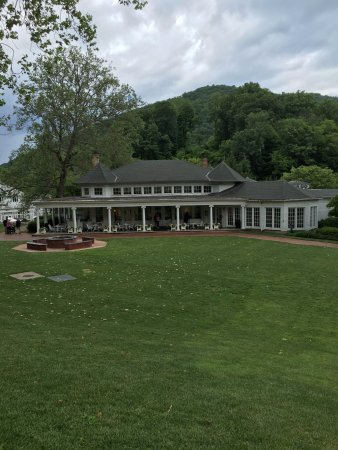 Hot Springs, VA: Homestead Resort: View of casual dining restaurant and golf shop