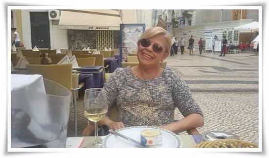 Restaurante Cervejaria Santiago: Aqui come-se um frango assado supimpa, mas nesta tarde eu quis só um vinho branco. Só passando