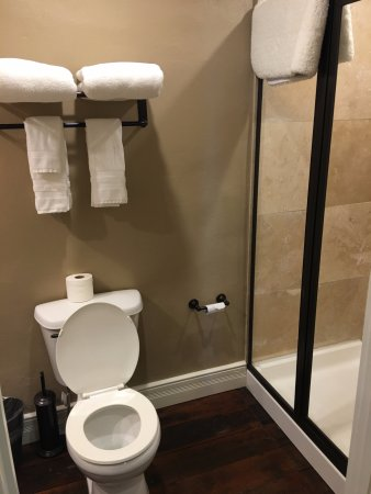 Jefferson, TX: Each room has private restroom with shower