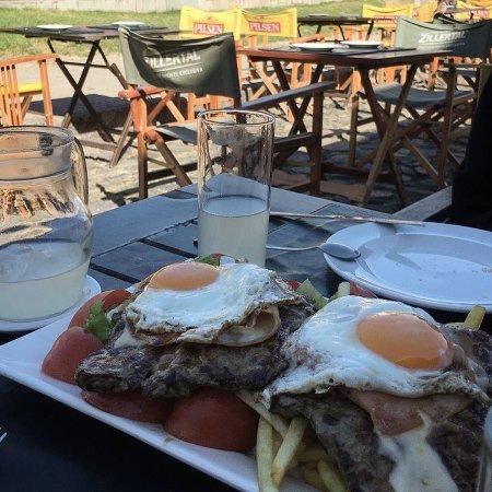 """Casa Grande Bistro: Pedimos el tradicional """"Chivito"""" al plato para dos personas. Quedamos bastante satisfechos."""