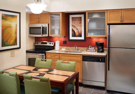 Chesterfield, Missouri: Penthouse Suite Kitchen
