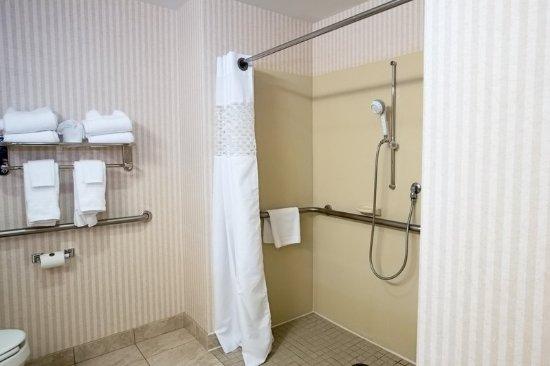 Raynham, MA: Bathroom