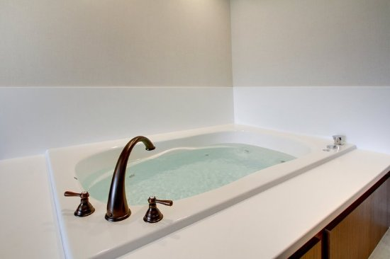 Aurora, IL: Hot Tub Fireplace Suite