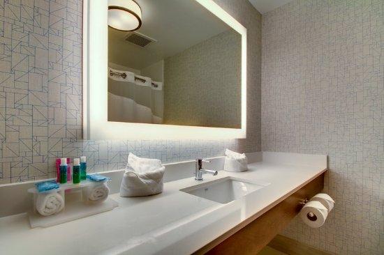 Aurora, IL: Guest Bathroom