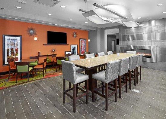 Hampton Inn by Hilton Calgary Airport North: Lobby Table