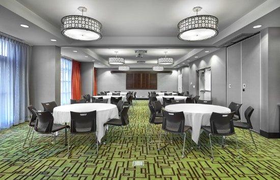 Hampton Inn by Hilton Calgary Airport North: Meeting Room, Round Tables