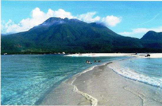 Paras Beach Resort: A stretch of sandbar from White Island overlooking Mount Hibok-Hibok volcano