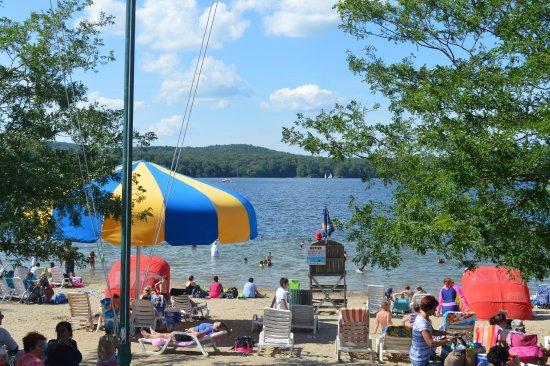Middlebury, CT: Beach area on the lake