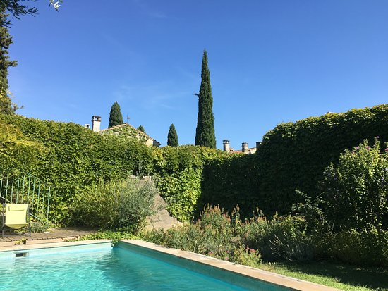 Villeneuve-les-Avignon, ฝรั่งเศส: Delightful pool to cool off after hot day, very private, across the lane from the maison